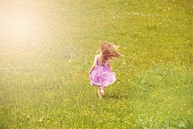 young-girl-running-on-green-grass-6016x4016_54103